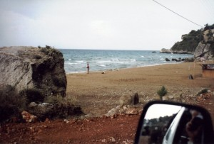 Blick aus dem Auto auf den verregneten FKK-Strand