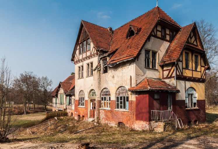 Eines der nicht zugänglichen Gebäude auf dem Gelände